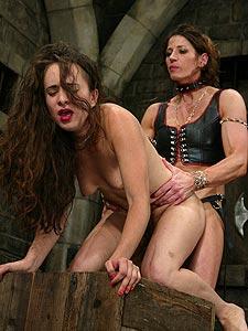 Strenge Herrin sucht Männer, die sich zum Lust-Sklaven machen lassen wollen.