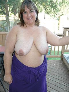 Sonja rundum gut gebaut, fühlt sich wohl mit ihren Big Tits